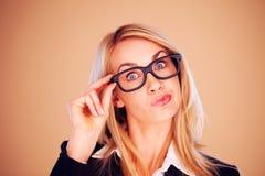 Überraschte Berufsfrau in den Gläsern Stockfoto