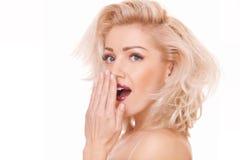 Überraschte blonde Frau Stockfoto