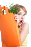 Überraschte blonde Frau mit Beutel Lizenzfreie Stockfotos