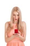 Überraschte blonde Frau mit Ring im Kasten Lizenzfreies Stockbild