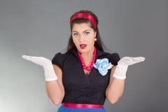 Überraschte Brunettefrau in der Retro Kleidung Lizenzfreie Stockfotografie