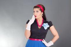 Überraschte Brunettefrau in der Retro Kleidung Lizenzfreies Stockbild