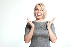 Überraschte Frau auf Weiß Stellen Sie Ausdruck, die Gefühle gegenüber und Haltungsreaktion glauben Lizenzfreies Stockfoto