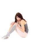Überraschte Frau beim Pyjamasitzen Stockfoto
