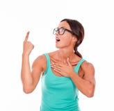 Überraschte Frau, die auf Kopienraum zeigt Lizenzfreies Stockfoto