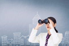Überraschte Frau, die durch Ferngläser gegen blauen Hintergrund mit Illustrationen schaut Lizenzfreie Stockfotos