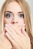 Überraschte Frau, die ihren Mund mit den Händen bedeckt Lizenzfreie Stockfotografie