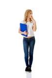 Überraschte Frau, die, Mappe halten recht schaut Lizenzfreies Stockfoto