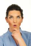 Überraschte Frau, die oben schaut Lizenzfreies Stockfoto