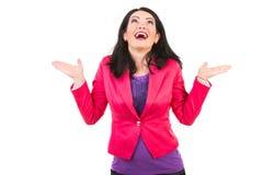 Überraschte Frau, die oben schaut Lizenzfreies Stockbild
