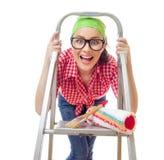 Überraschte Frau, die Pinsel hält Stockfotografie