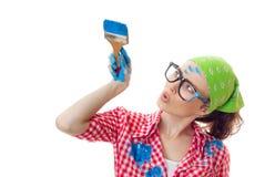 Überraschte Frau, die Pinsel hält Stockfotos