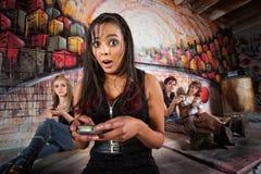 Überraschte Frau, die Telefon verwendet Lizenzfreies Stockbild