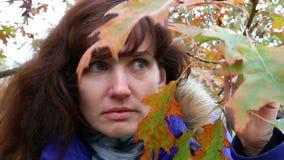 Überraschte Frau im Herbst im Freien stock video