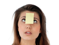 Überraschte Frau mit Anmerkung über ihre Stirn Stockbild