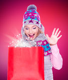 Überraschte Frau mit Geschenken nach dem Einkauf zum neuen Jahr Stockbild