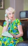 Überraschte Frau am Telefon lizenzfreie stockfotografie