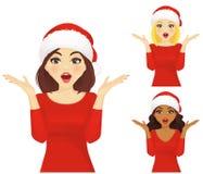 Überraschte Frau in Weihnachts-Sankt-Hut Stockfoto