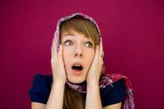 Überraschte Frauen mit Schal auf Kopf Stockfotos