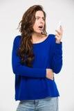 Überraschte Frauenlesemitteilung auf Smartphone Stockbilder