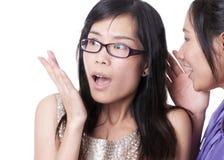 Überraschte, Geheimnis zu hören Lizenzfreie Stockfotografie