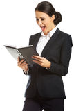 Überraschte Geschäftsfrau, die ihre Anmerkungen liest Lizenzfreies Stockbild