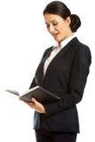 Überraschte Geschäftsfrau, die ihre Anmerkungen liest Stockfotografie