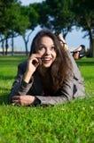 Überraschte Geschäftsfrau im Freien Lizenzfreie Stockfotografie