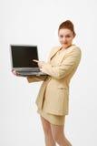 Überraschte Geschäftsfrau mit geöffnetem Notizbuch PC. Stockbild