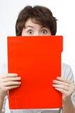 Überraschte Geschäftsfrau mit roter Datei. stockfotos