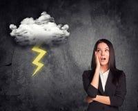 Überraschte Geschäftsfrau mit Wolke Stockfotografie