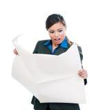Überraschte Geschäftsfrau Reading Newspaper stockfotos