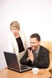Überraschte Geschäftsfrau und froher Geschäftsmann Stockfoto