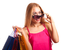 Überraschte glückliche junge Frau, die seitlich in der Aufregung schaut Stockfoto
