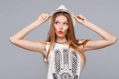Überraschte glückliche junge Frau, die seitlich in der Aufregung schaut Lokalisiert über Grau Stockbilder