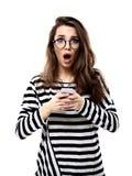 Überraschte glückliche junge Frau Lokalisiert über Weiß stockfotografie