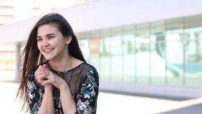 Überraschte glückliche Schönheit, die seitlich in der Aufregung schaut stock video footage