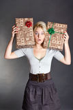 Überraschte hübsche Frau, die Kasten des Geschenks zwei anhält Stockfotos