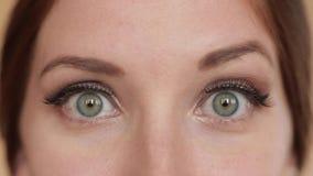 Überraschte hübsche Frau mit den Wimpern stock video