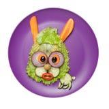 Überraschte Hasen gemacht vom Salat und von der Gurke auf Platte Stockbilder