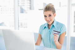 Überraschte intelligente Geschäftsfrau, die online kauft Stockfotos