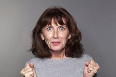 Überraschte junge ältere Frau, die aus glüht Lizenzfreies Stockfoto