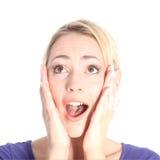 Überraschte junge blonde Frau auf Weiß Lizenzfreie Stockfotos