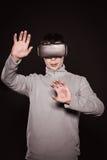 Überraschte Junge in der grauen Strickjacke, der Mann in den Gläsern von virtueller Realität Lizenzfreies Stockfoto