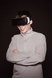 Überraschte Junge in der grauen Strickjacke, der Mann in den Gläsern von virtueller Realität Stockfotografie