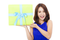 Überraschte junge Frau, die eine Geschenkbox hält lizenzfreie stockbilder