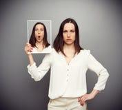 Überraschte junge Frau, die ihre Gefühle versteckt Lizenzfreies Stockfoto