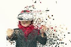 Überraschte junge Frauen, die Schutzbrillen der virtuellen Realität über Zusammenfassung tragen stockfoto