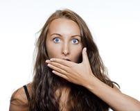 Überraschte Mädchenbedeckung ihr Mund Lizenzfreies Stockfoto