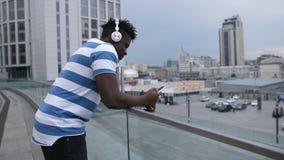 Überraschte Mannlesungs-sms am intelligenten Telefon draußen stock video footage